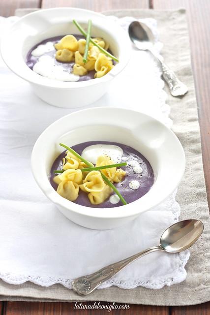 Crema di patate viola e caprino con erba cipollina