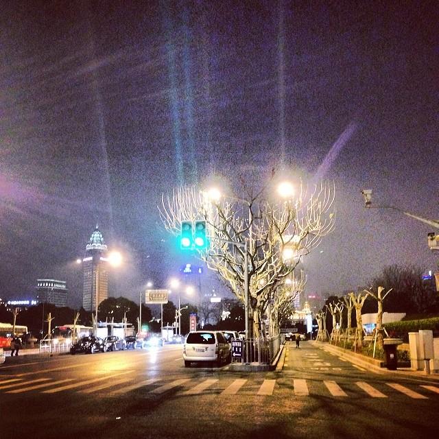 建筑物里的空调热得难受,还是外面舒服 #night #zaishanghai #夜 #上海 #road #crossroad