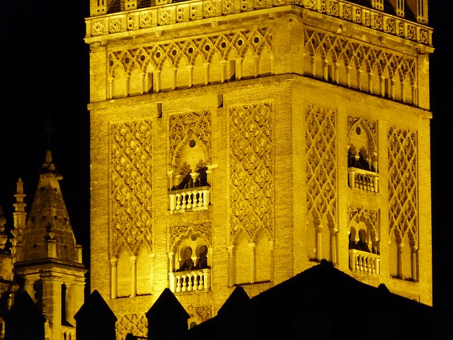 La Giralda de Sevilla por la noche