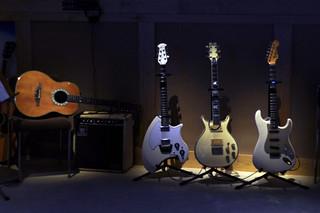 Guitarras de ABBA museo abba - 13721934365 1f9cac9169 n - Museo ABBA de Estocolmo, leyenda sueca del pop