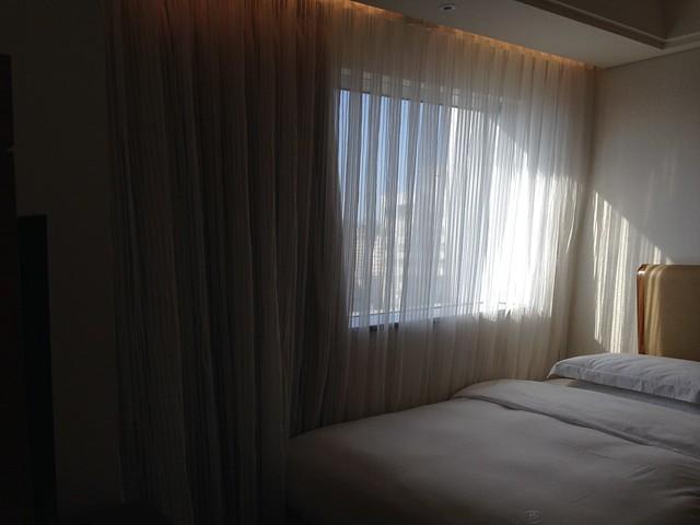 下午三點多,陽光灑進來,這樣看發現窗簾遮光效果好讚@台中裕元花園酒店