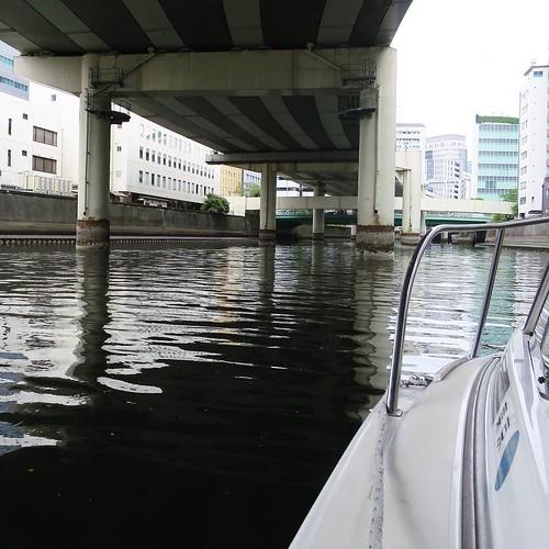 そして、日本橋川へ。この日は潮の干満の差が大きい「大潮」の引き潮だったのでかなり水位が下がってるのが分かります。 #勝どきマリーナ