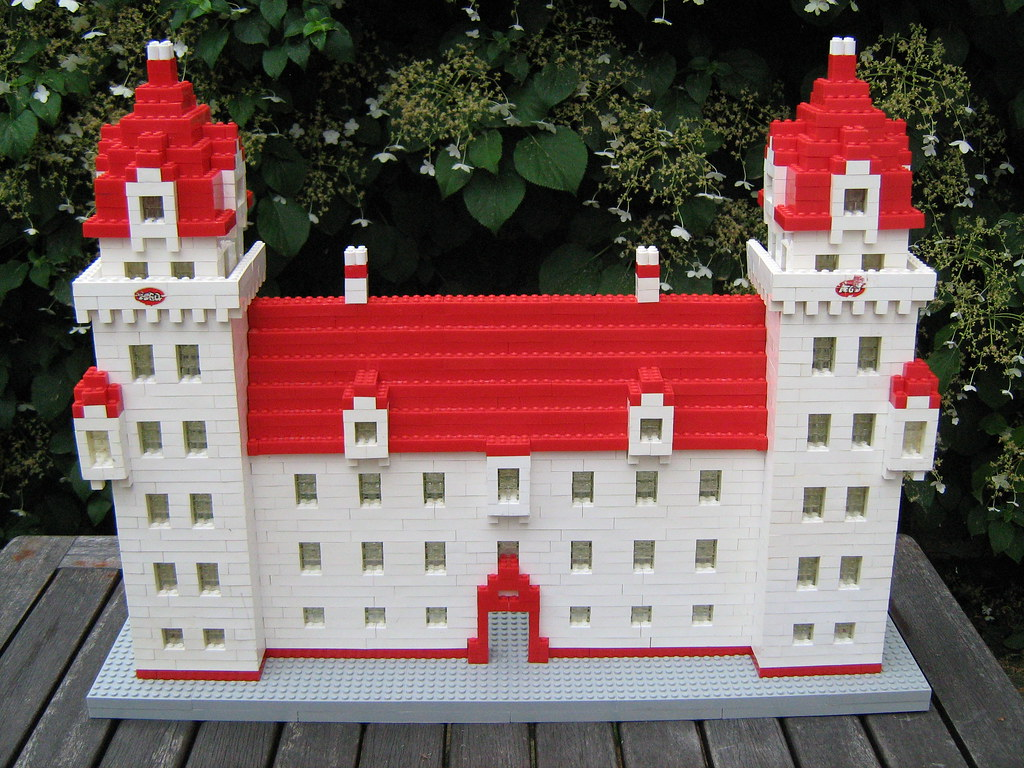 My 'Dutch castle' finally restored with a new old base, according to the 1958 dealer model ordel brochure 034. The only thing I can't get right are the 2 water decals with tyhe logo on the front. Tried to get the labels of of two white Lego flags, but tha