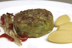 Hamburger di verdure e legumi, maionese vegetale, indivia, pomodori all'arancio