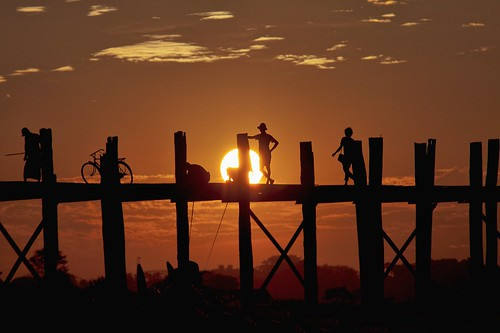travel bridge sunset people asia burma adventure myanmar asie coucherdesoleil ubein birmanie mapoule