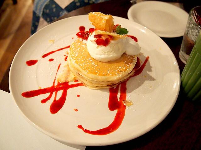 カフェロブのストロベリーミルフィーユパンケーキ