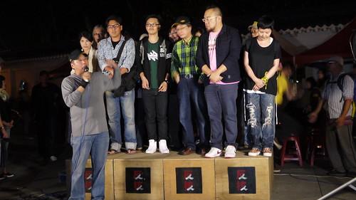 數十位藝文界人士擠在12個肥皂箱組成的小舞台上