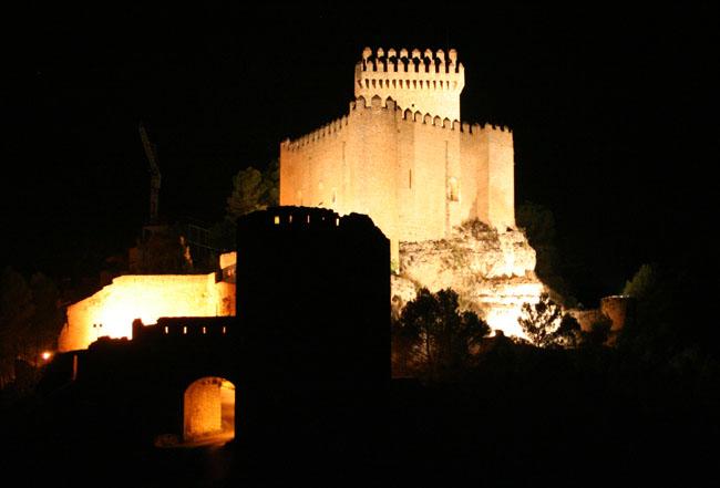 Vista nocturna del Castillo de Alarcón. © Paco Bellido, 2005