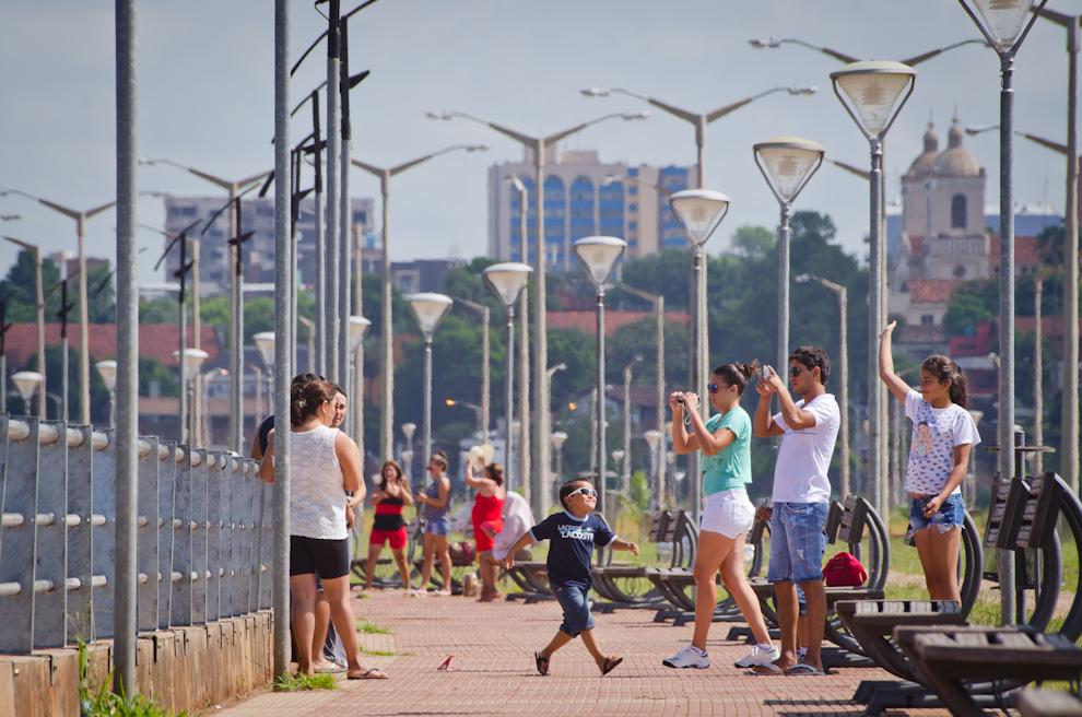 La hermosa Costanera de Encarnación es sitio turístico más importante de la ciudad de Encarnación en el verano paraguayo. Es parada obligatoria de los turistas que cruzan distancias para conocer la transformada ciudad. (Elton Núñez)