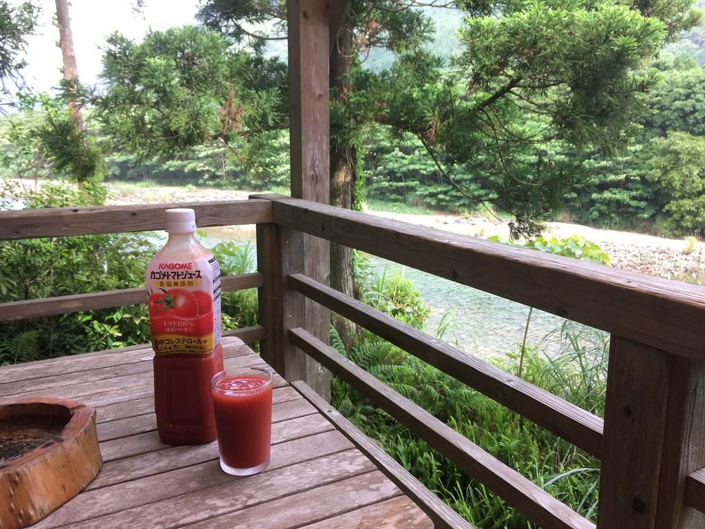 ウッドデッキで飲むトマトジュースは最高だ