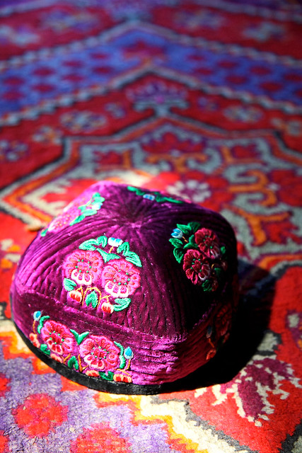 A hand made Uyghur embroiderd doppa, suburb of Kumul (Hami) ハミ近郊の民家にて、花刺繍ドッパ
