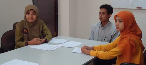Tiga mahasiswa yang lolos seleksi : Lisnawati, Yuli Firawati, dan Rofin Ariansyah
