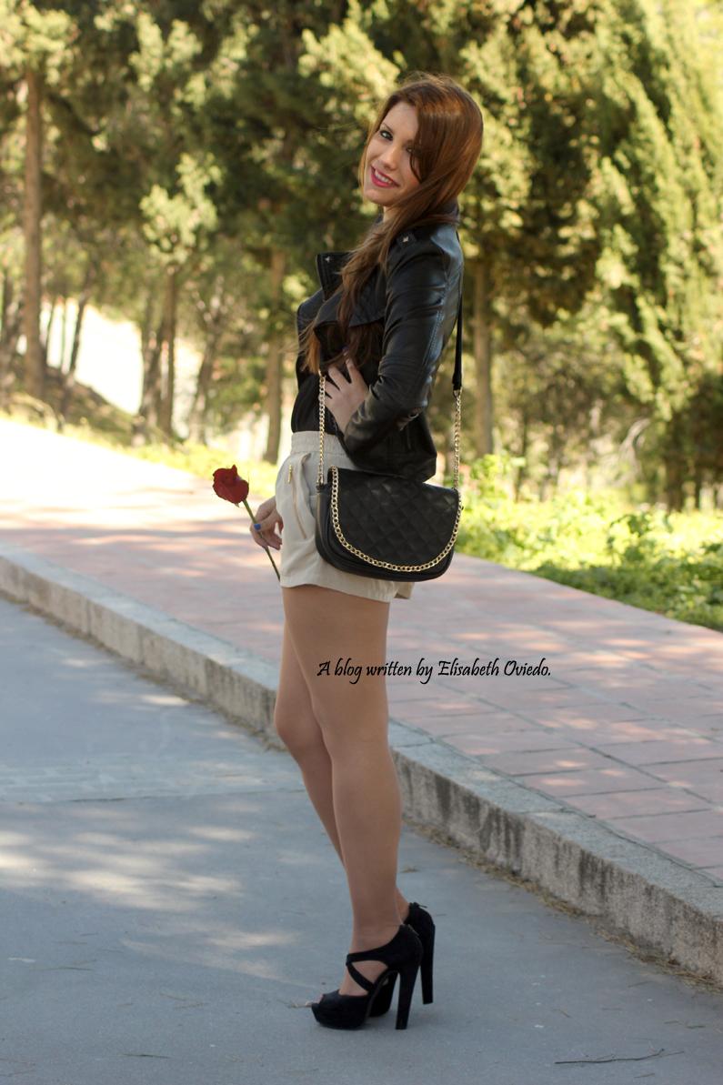 chaqueta-de-cuero-negra-y-shorts-camel-HEELSANDROSES-Vesania-moda-(3)