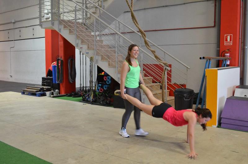 foto de Noelia y Nuria haciendo carretilla en la sesión de prueba en CrossFit Northwest Paterna