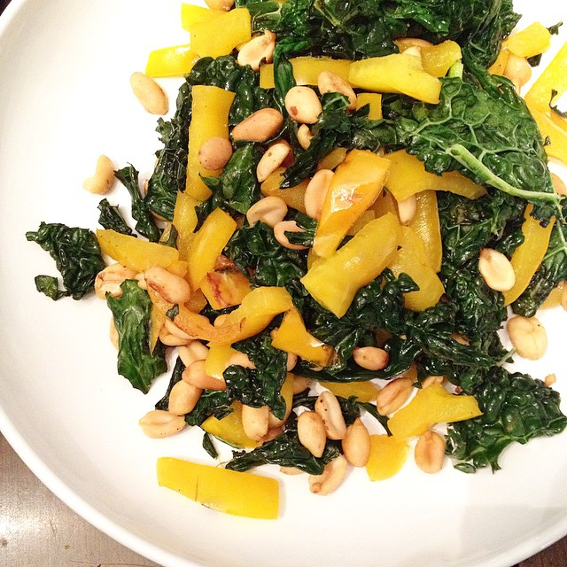 Side dish: Dino kale, yellow peppers, salted peanuts, garlic salt. #vegan #veganfoodshare #whatveganseat #vegansofig