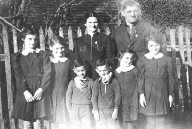 063-0016 Familie Gustav Schulz mit Ehefrau Helene und den Kindern Marianne, Charlotte, Heinz, Horst, Irmgard und Eva