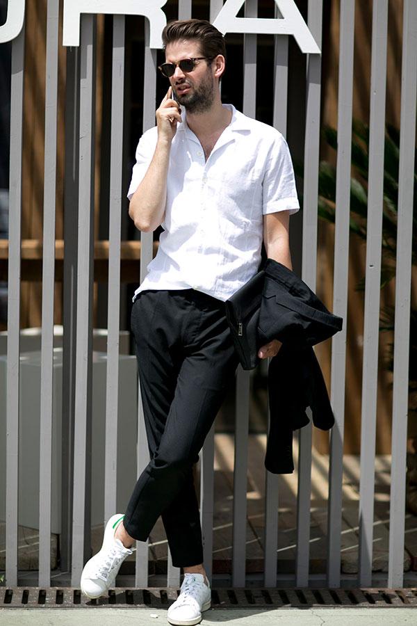 白半袖開衿シャツ×黒スラックス×adidasスタンスミス