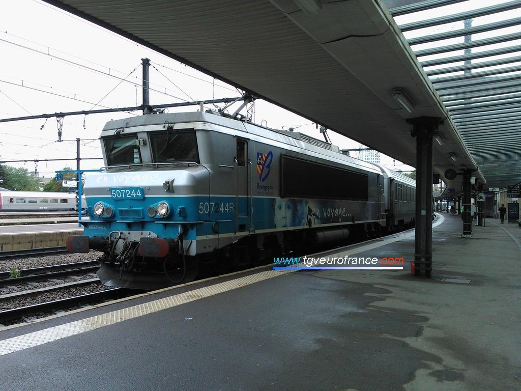 """La BB 7244 Alsthom en livrée """"En voyage"""" tête d'un train TER à destination de Lyon Part-Dieu"""