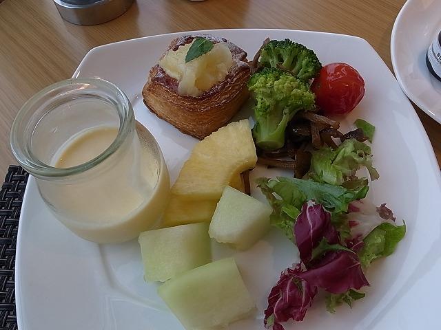 <p>j)朝食はフルーツとサラダ・・・</p>