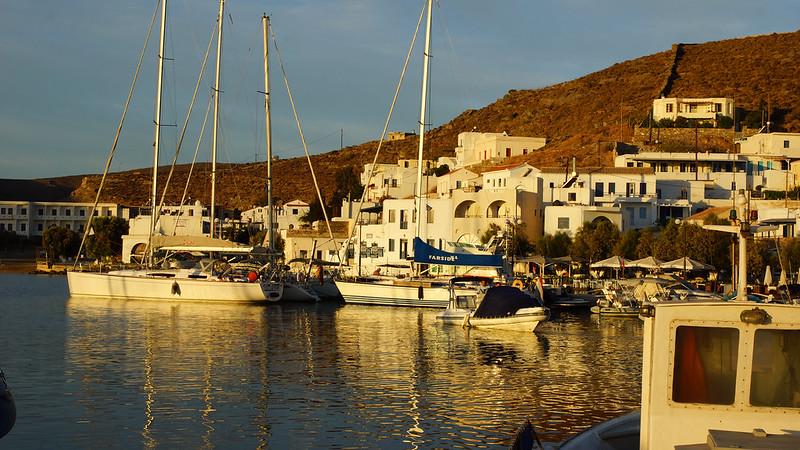 Kythnos Hafen in der Morgensonne