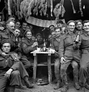 Canadian soldiers enjoying a few drinks on Christmas Day at the front, Ortona, Italy, December 25, 1943 / Des soldats canadiens fêtent Noël au front en prenant un verre à Ortona (Italie), le 25 décembre 1943