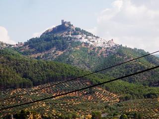 Der Weg führt steil hinauf ins Zentrum der Segura