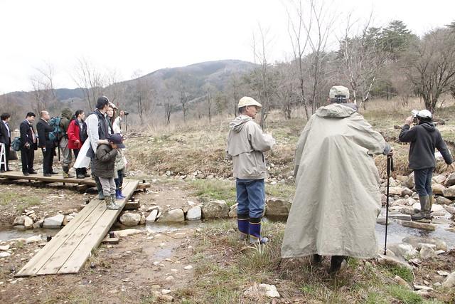 主水路の上流では,堰をつくり,土砂の流出を防ぐ工夫がされている.自然再生事業にてどのような工法が使われたのかを白川学芸員が説明中.
