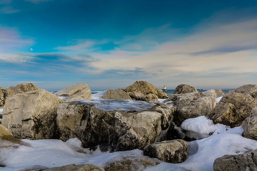 winter snow ice wisconsin harbor rocks unitedstates lakemichigan milwaukee lighhouse milwaukeebreakwaterlighthouse