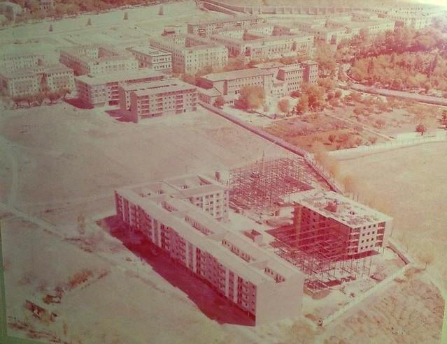 Vista aérea de la construcción del Barrio de Santa Teresa junto a la Avenida de la Reconquista. Años 70