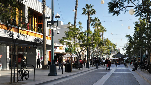 Santa Monica, CA (by: Alexis Fam Photography, creative commons)