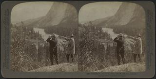 Two men standing on a bluff overlooking the Bow River Valley, Banff, Alberta, 1900 / Deux hommes debout sur une falaise observent la vallée de la rivière Bow à Banff (Alberta) en 1900