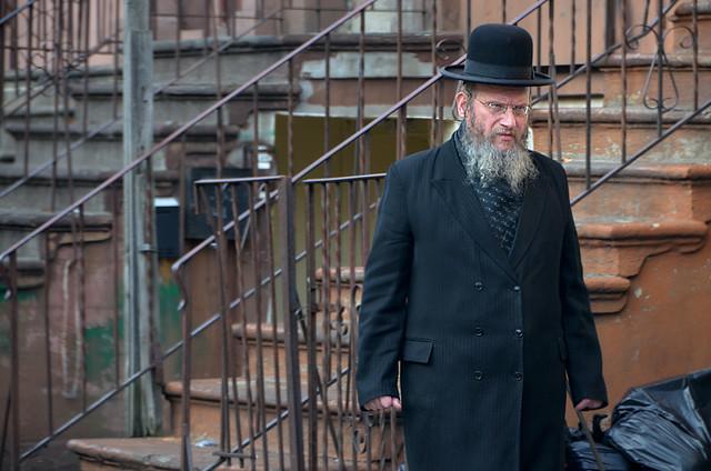 Judio anciano en el barrio de Williamsburg de Nueva York, el barrio judío que se ve durante el tour de los contrastes de Nueva York