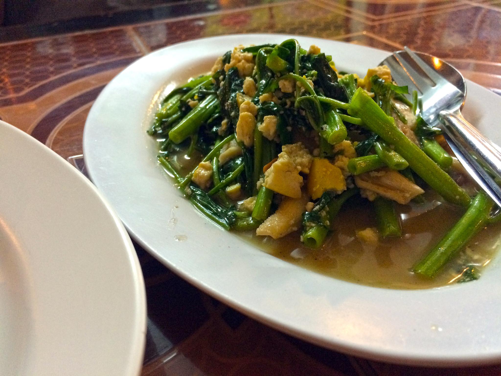 Stir-fried morning glory with mushrooms and tofu