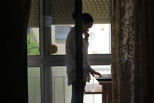 Estudiante con un ordenador en el balcón para que llegue mejor la señal de Internet