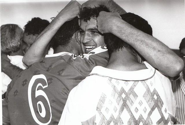 Luismi, Cano y Pedro Leal se abrazan tras el partido del ascenso a Segunda División C.D. Toledo-Real Jaén temporada 1992/93 © Fotografía de Carlos Monroy