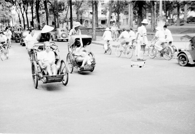 1950 - Street scene with pedicabs in Saigon - Ngã tư Tự Do-Lê Thánh Tôn - Photo by Harrison Forman