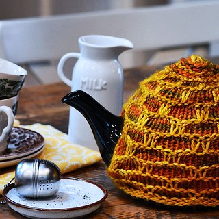 Honeycomb Tea Cosy knitting pattern from #BakeKnitSew is a quick knit two colorways of with Aran weight yarn.