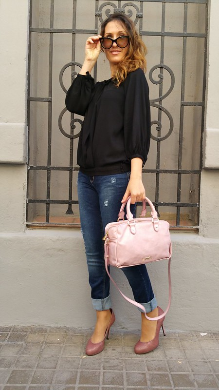 hombros al aire, top negro, jeans, salones punta redonda rosa palo, bolso, off shoulders, top, black, rounded pale pink shoes, bag, Massimo Dutti, Stradivarius, Zara, Bimba & Lola, Prada, Aristocrazy