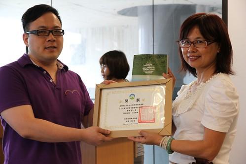 十大節出綠繪本徵件,第一名作者吳仰高(圖左)受獎