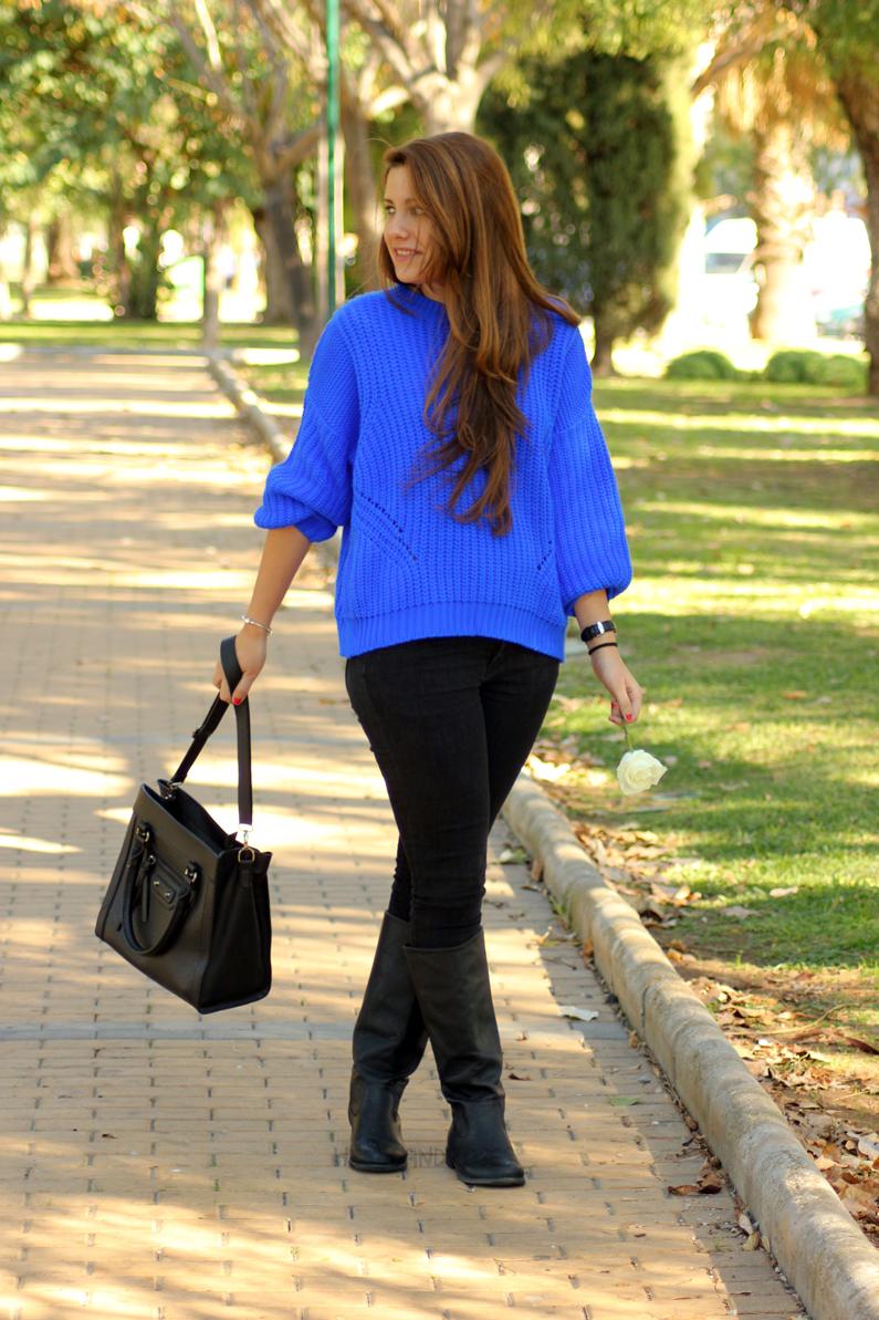 jeans-negros-y-jersey-azul-eléctrico-heelsandroses-(7)