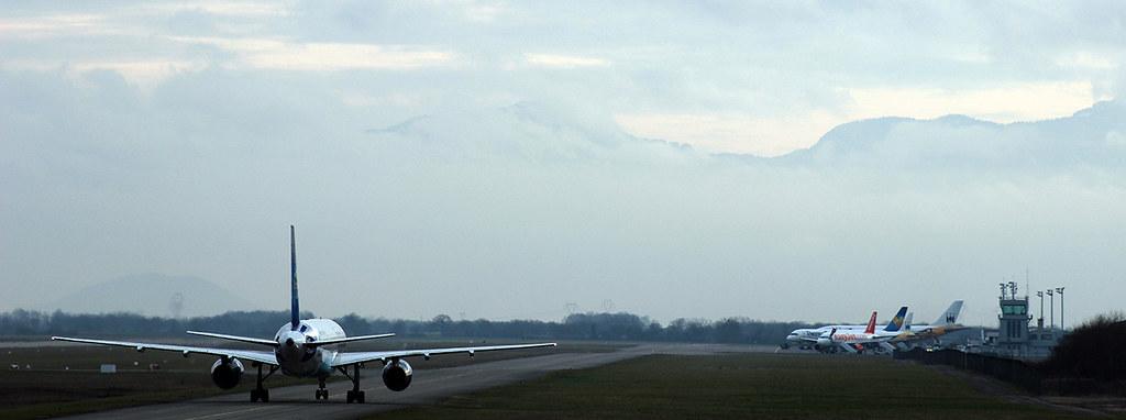 Aéroport de Grenoble-Isère [LFLS-GNB] 11928128363_eea3652c3d_b