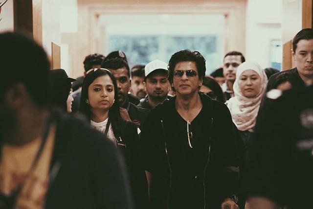 Gambar Shah Rukh Khan Tiba Di Klia Masih Guna Tongkat