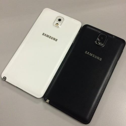 ด้านหลังของ Samsung Galaxy Note 3 ทั้งแท้ (ซ้าย) และ ก็อปปี้ (ขวา)