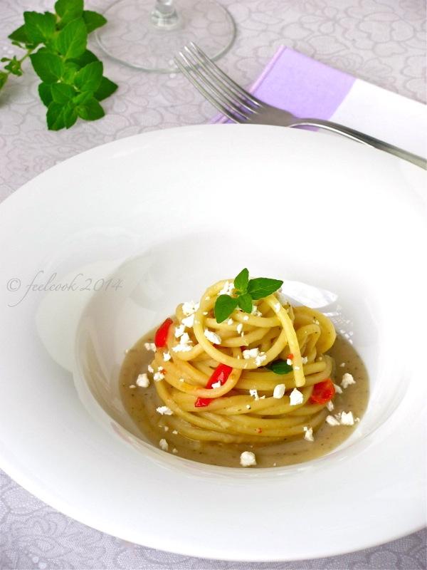 Spaghettoni con crema di melanzane, pomodorini e feta