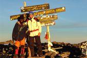 Trekking Mount Kenya und Kilimanjaro. Auf dem Gipfel des Kilimanjaro, Uhuru Peak, 5895 m. Foto: Archiv Härter.