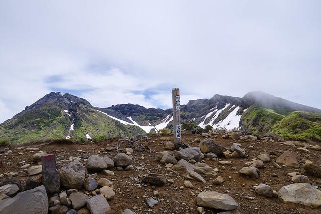 文珠岳着・・・左奥が最高峰の新山