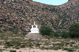 Estupa sagrada en las montañas El entorno sagrado de las dunas Mongol Els de Mongolia - 9056699167 0d8844d069 n - El entorno sagrado de las dunas Mongol Els de Mongolia