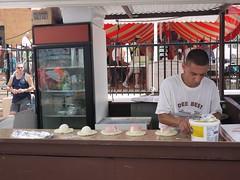 日, 2013-07-14 12:36 - De Stefanoの屋台、いつものウェイターが今日はカルツォーネを作ってる