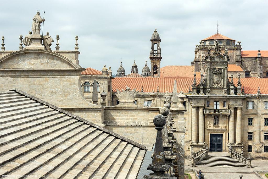 Photo des toits de la cathédrale de Saint-Jacques de Compostelle, avec à droite la façade du monastère de San Martin Pinario.
