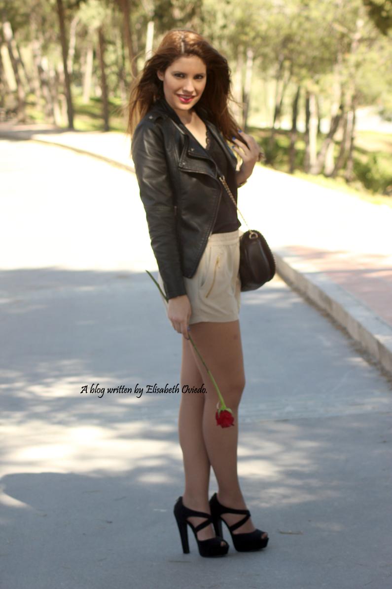 chaqueta-de-cuero-negra-y-shorts-camel-HEELSANDROSES-Vesania-moda-(4)